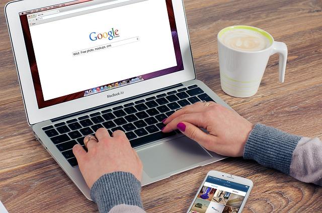 žena při hledání na google.jpg