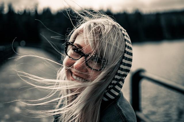 děvče s úsměvem ve větru