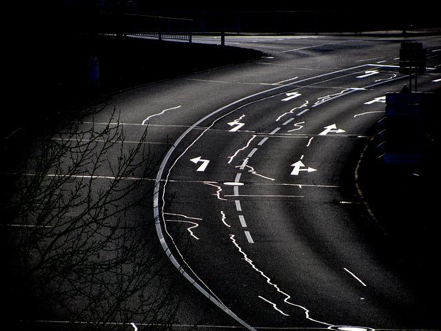 silnice, která má zakreslené směrovky, ve tmě kdy nebudou fungovat směrová světla, bude nejspíš problém